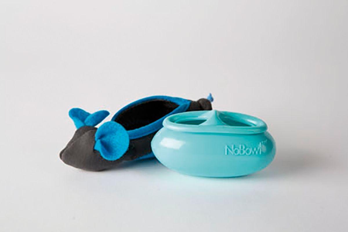 """Modelo comercial diseñado para colocar una pequeña cantidad de croquetas en el interior. El exterior simula la """"piel"""" de ratón. Con este tipo de juguete el gato puede ver la comida, pero necesita tener cierto grado de destreza manual para manipular el juguete y sacar las croquetas."""