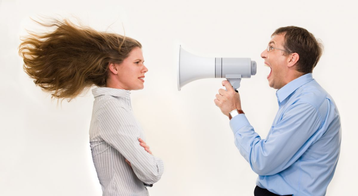 A paralinguagem inclui a entonação da voz.