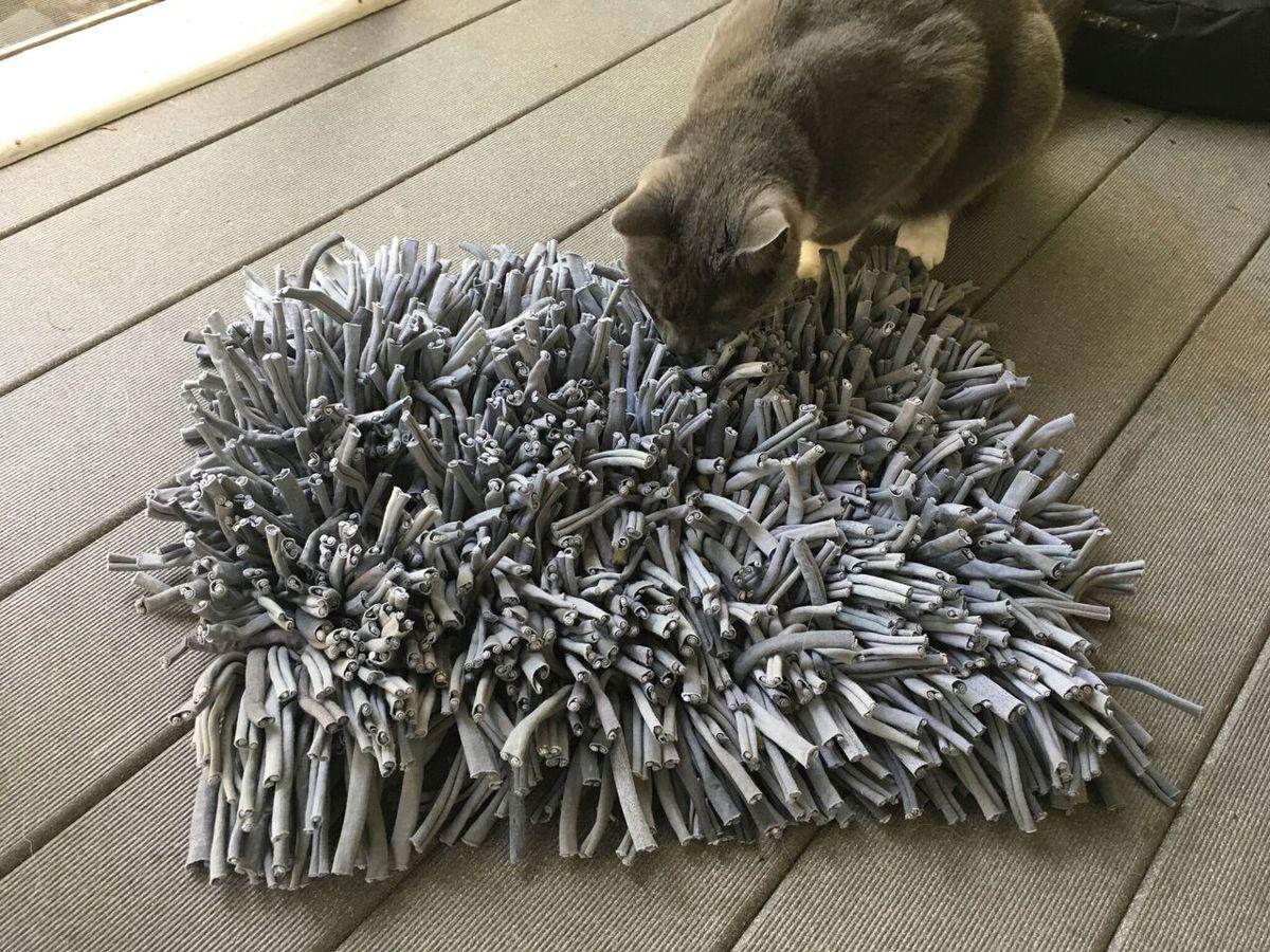Juguete de textura en el que se puede colocar alimento para que el gato experimente una sensación parecida a la de buscar alimento en la hierba.
