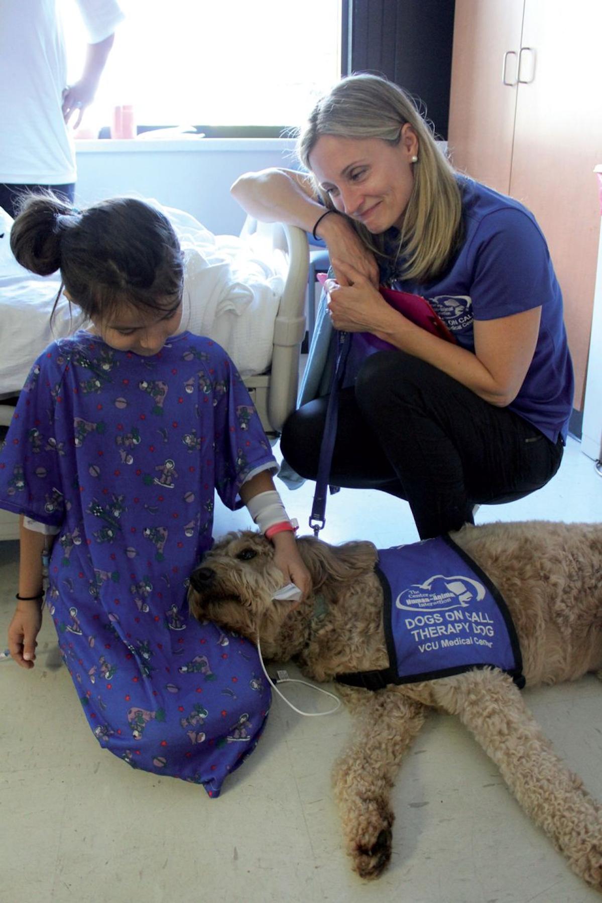 Abbildung 3. Das VCU Dogs on Call (DoC) Programm ist sehr erfolgreich. Teams mit Therapiehunden besuchen routinemäßig die meisten Bereiche des Krankenhauses. © Center for Human-Animal Interaction, School of Medicine, VCU